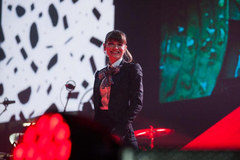 Alessandra Amoroso, sorridente e commossa tra le luci del Palasele