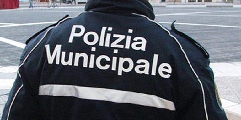 Salerno, cadono calcinacci in via Posidonia: nessun ferito