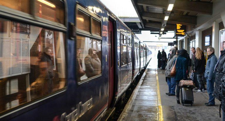 Rapinato e pestato sul treno: nei guai due cittadini di Cava de' Tirreni