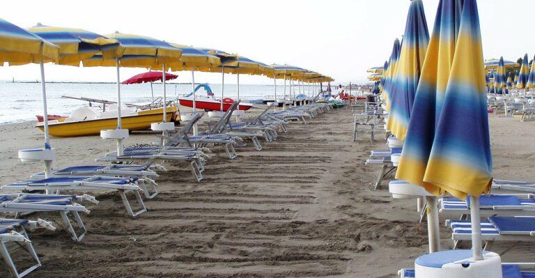 Salerno, controlli lungo la costa: sequestrati ombrelloni abusivi in spiaggia