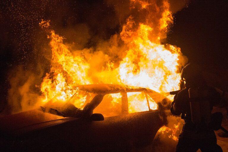 Salerno, auto e scooter travolti dalle fiamme in un condominio di via Clark