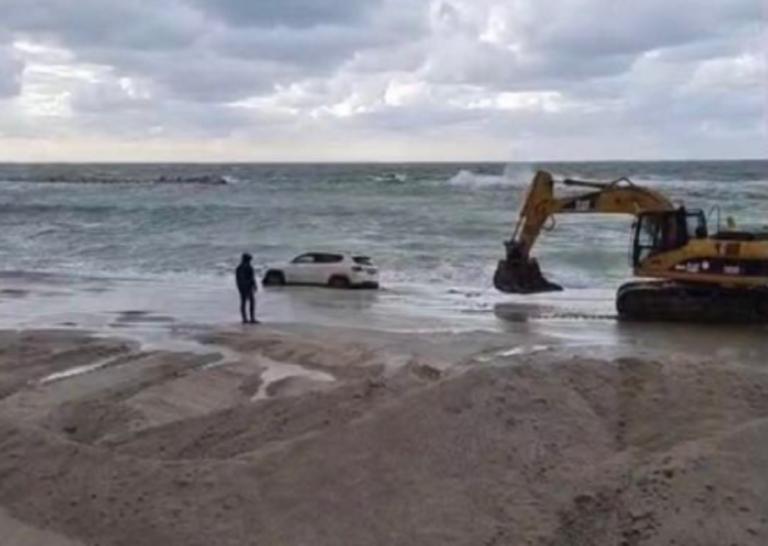 Salerno: auto finisce in mare a causa di un'avaria