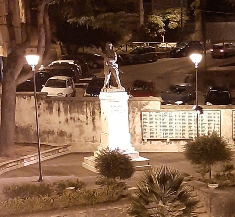Il monumento ai caduti di San Cipriano Picentino si illumina di giallo
