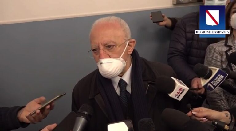 """De Luca sulle proteste contro il green pass: """"L'alternativa è chiudere tutto"""""""