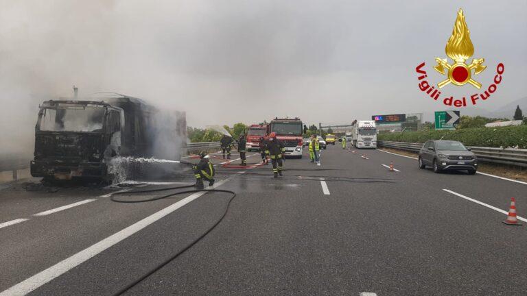 Battipaglia: camion prende fuoco, fiamme visibili dalla città