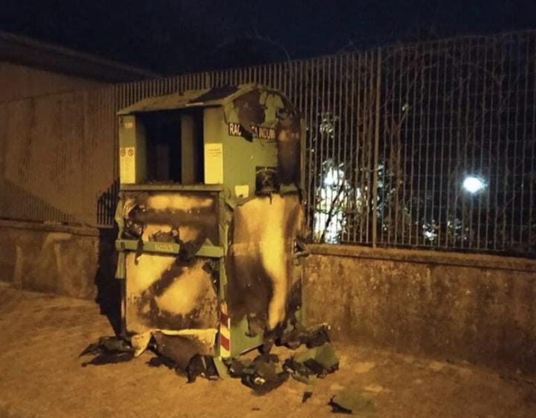 San Cipriano Picentino, in fiamme cassonetto per la raccolta indumenti