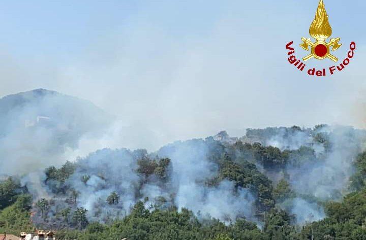 Pellezzano, vasto incendio tra i monti: in corso lo spegnimento