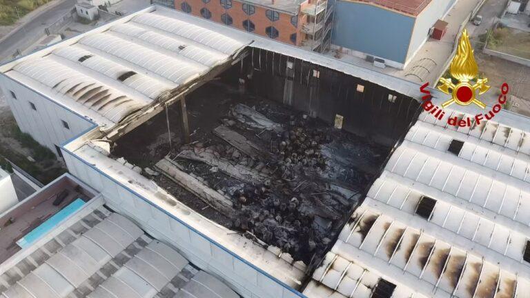 Sarno, alle fiamme un capannone: intervenuti 24 vigili del fuoco