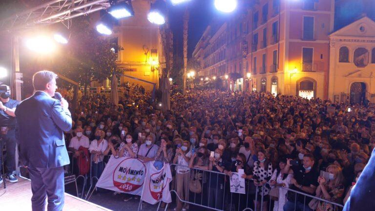 Conte a Salerno: un bagno di folla