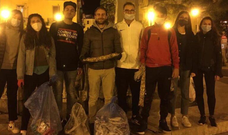 """Salerno, """"Voglio un mondo pulito"""" in azione: ripulita piazza da cicche"""