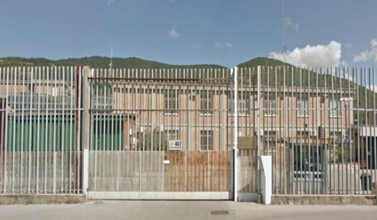 Salerno, donna incinta porta la droga al marito in cella